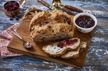 לחם סודה מהיר עם גאודה ודובדבנים