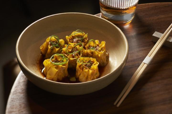 שומאי - כיסונים במילוי עוף ברוטב סויה וראיו. צילום: אנטולי מיכאלו