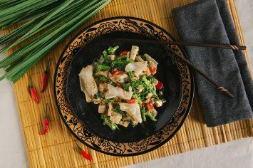 אטריות אורז עם טופו וקארי ירוק