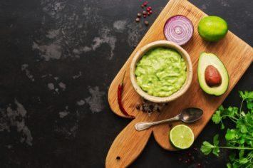 גוואקמולי - ממרח אבוקדו מקסיקני שלא מפסיקים לנשנש