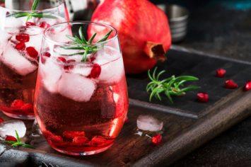 קיר רויאל - קוקטייל יין מבעבע עם גרנדין וגרגירי רימון