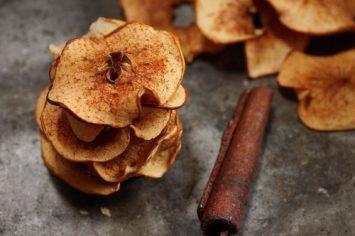 צ'יפס תפוחי עץ מתוקים מתובלים בקינמון