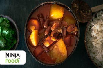 רחלי קרוט מבשלת קארי עם תפוחי אדמה בסיר אחד
