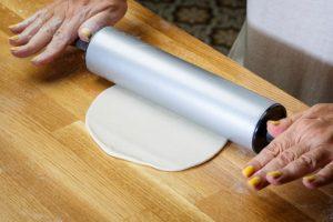 מרדדים את כדורי הבצק. צילום: נמרוד גנישר