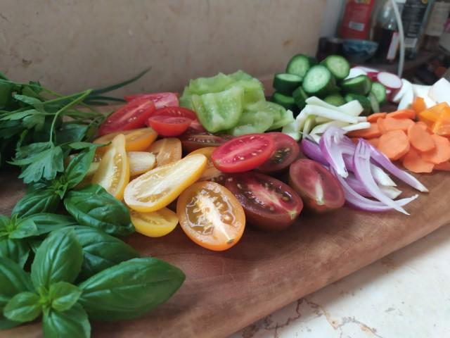 בוחרים ירקות יפים, צבעוניים וטריים
