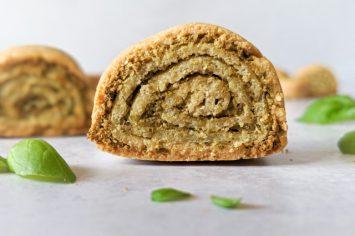 עוגיות מלוחות מגולגלות ללא גלוטן במילוי פסטו