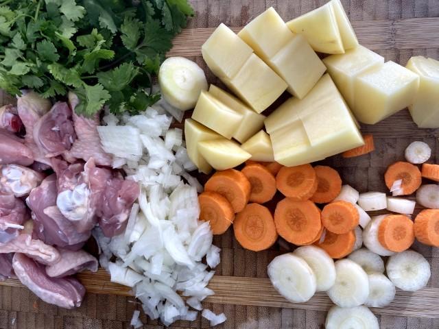קוצצים את הירקות למרק שורבו. צילום: רון יוחננוב