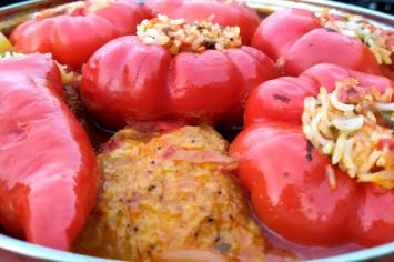 עוף ברוטב עגבניות ופלפלים ממולאים בסיר אחד