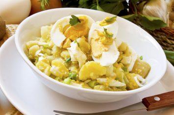 סלט תפוחי אדמה וביצים מיוחד במינו עם גזר וכרובית
