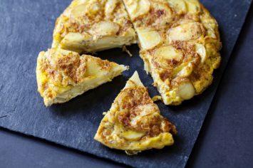 טורטייה ספרדית של שי לי ליפא: פשטידת תפוחי אדמה בתוספת גבינת מנצ'גו ונענע