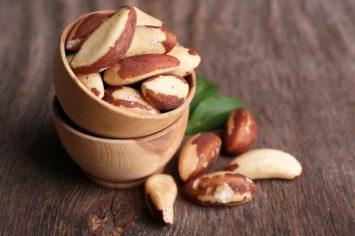 אגוזים מתובלים בפפריקה וגרגרי כוסברה