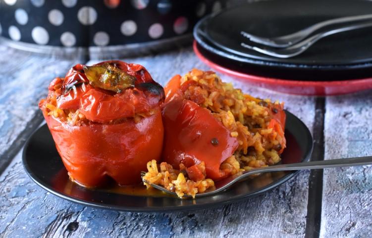 פלפלים ממולאים עם אורז ועדשים ברוטב עגבניות