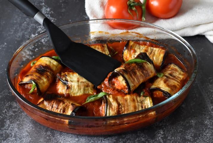 גלילות חצילים במילוי עוף טחון ברוטב עגבניות חריף