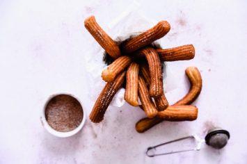 מה מכינים לכבוד הנר הראשון של חנוכה? צ'ורוס עם סוכר וקינמון