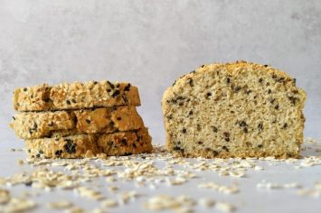 אסי רוז אופה חלה קצת אחרת: לחם לשבת משקדים ושיבולת שועל (ללא גלוטן)