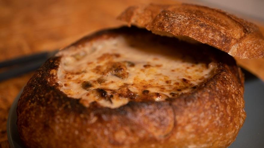 מרק פטריות בלחם - יש מנה מנחמת מזו?