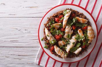 ארוחה בסיר אחד - תבשיל עדשים כתומות וחזה עוף שמכינים לצהריים בקלות ובזריזות