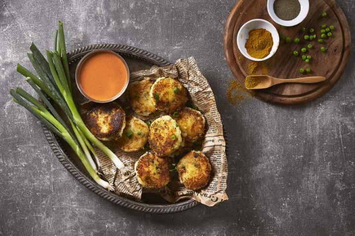 לביבות תפוחי אדמה הודיות עם רוטב קארי אדום