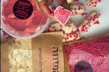 פצצות מתוקות וחורפיות - גלידוניות תות בציפוי מושלג ולבן