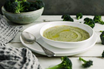 מהיר וחורפי - מרק ברוקולי מוקרם שיעשה לכם את היום
