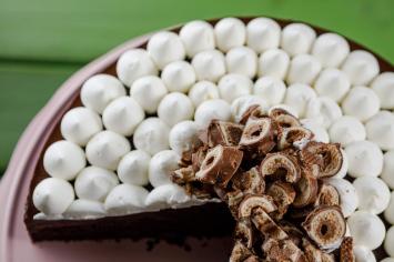 יש משהו יותר טעים מעוגת שוקולד וענני קצפת? אין!