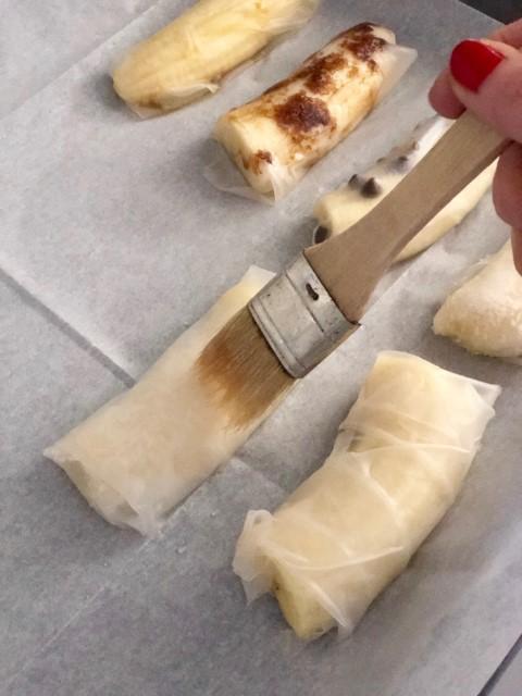 מקפלים, מניחים בתבנית כשהתפר פונה מטה ומברישים בשמן קוקוס
