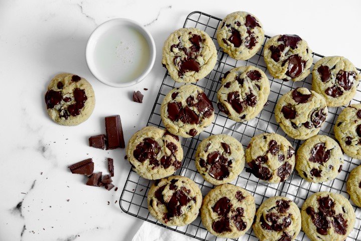 עוגיות טחינה עם שוקולד צ׳אנקס