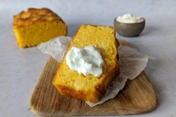 לחם תירס ויוגורט ללא גלוטן - להתענג עליו בביס עם שמנת חמוצה