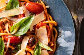 פסטה פיצ'י ברוטב פוטנסקה – חלום איטלקי על שולחן האוכל