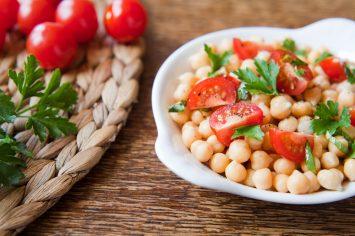 מזין וטעים גם בעוד שלושה ימים: סלט עגבניות שרי וחומוס