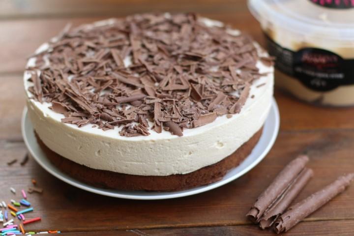 עוגת שוקולד ומוס קינדר לבן. צילום: בת חן דיאמנט