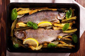גורמה בכמה דקות: דג שלם בתנור עם זוקיני ב-15 דקות עבודה
