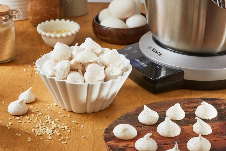 עוגיות מרנג עם אגוזים בוש ((צילום: דרור עינב)