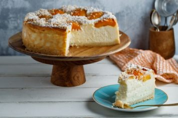 יונית צוקרמן וקרין גורן מכינות עוגת גבינה אפויה עם אפרסקים