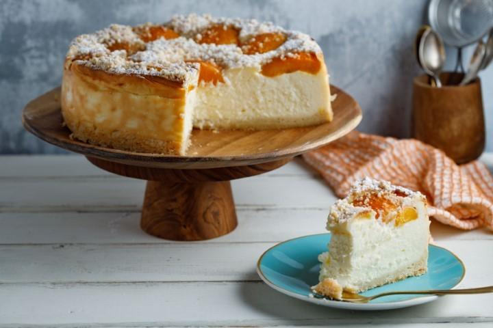 עוגת גבינה אפויה עם אפרסקים. צילום: שניר גואטה