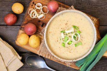 אפקט הוואו! מרק כרשה ותפוחי אדמה מרשים, מפנק ומהיר