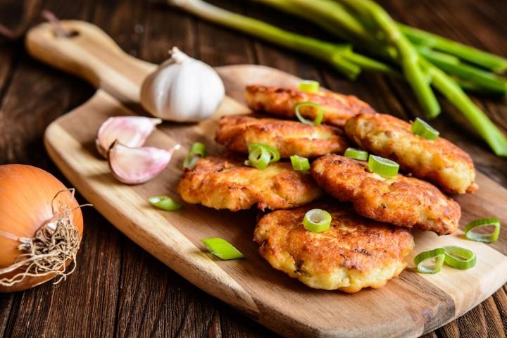 לביבות תפוחי אדמה וטונה (Shutterstock)