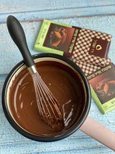 טורפים את החמאה והשוקולד למסה חלקה (צילום: בת חן דיאמנט)