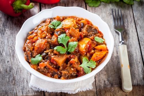 תבשיל קדירה של ירקות וטופו