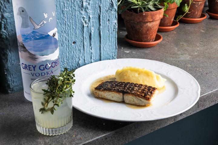 פילה דג בחמאה חומה לצד קוקטייל. מסלול ים. צילום: רוי גיא