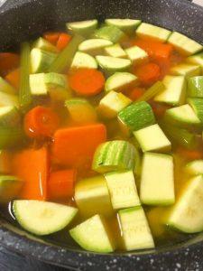 מוסיפים את שאר הירקות ומבשלים עד לריכוך (צילום: הילה סער)