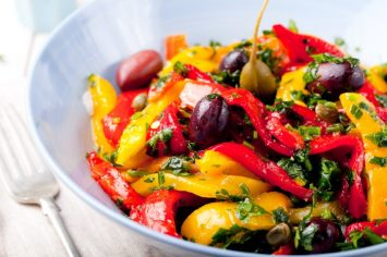 סלט ירקות עשיר עם ירקות קלויים שמחייכים את היום