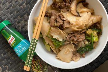 פאד סיו: אטריות אורז מוקפצות עם פרוסות בשר דקיקות, ירקות ורוטב סיני
