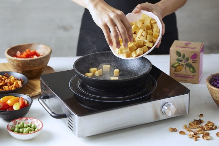 מחממים כף שמן במחבת ומטגנים את הטופו חומוס
