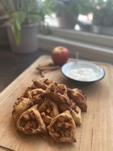 אזני המן פאי תפוחים מוגשים לצד שמנת חמוצה. צילום: תמרה אהרוני.