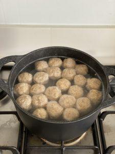מבשלים את הקניידלך במים רותחים. צילום: נטע לויה.