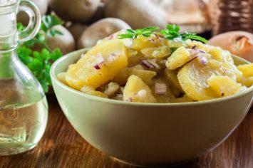 10 דקות הכנה ו... סלט תפוחי אדמה ובצל סגול שיגמר לפני שתשימו על השולחן
