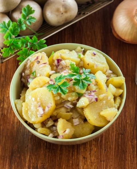 סלט תפוחי אדמה ובצל סגול (צילום: יעל טל)