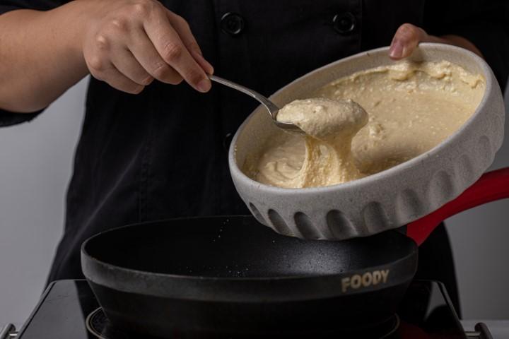 יוצקים מהבלילה למחבת משומנת בחמאה. צילום: טל סיון-ציפורין