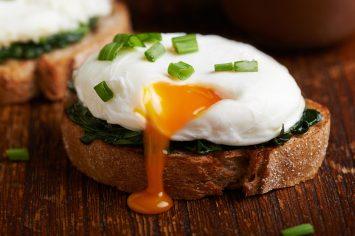 יסודות המטבח: איך מכינים ביצה עלומה מושלמת?